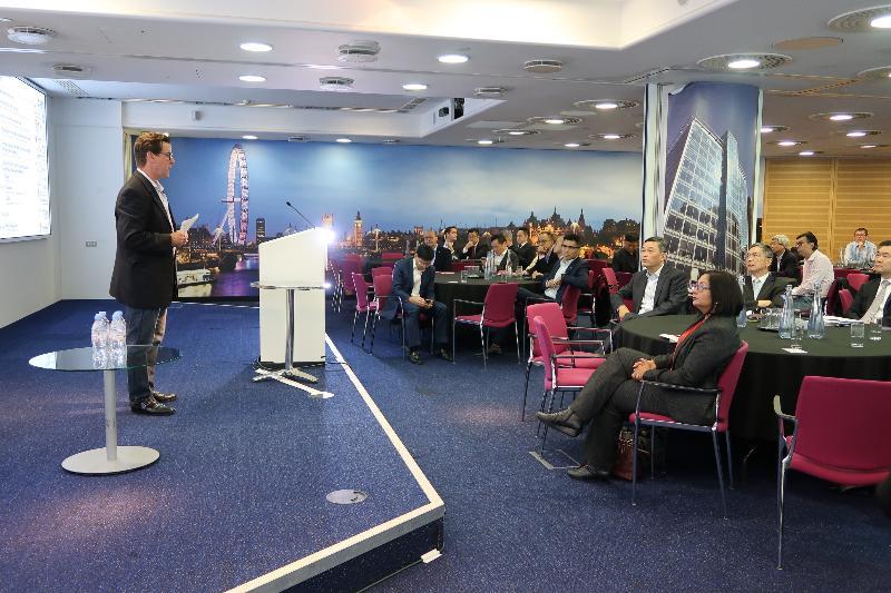 財經事務及庫務局局長劉怡翔(右五)九月二十日(倫敦時間)到訪位於倫敦的蘇格蘭皇家銀行,了解金融科技發展對業界帶來的機遇和挑戰。
