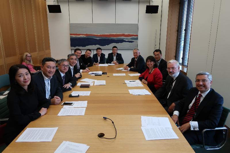 財經事務及庫務局局長劉怡翔(左四)九月二十日(倫敦時間)與英國國會跨黨派中國事務小組及金融科技小組的成員會面,就大家共同關注的議題交換意見。