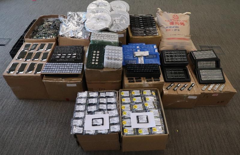香港海關九月十九日在落馬洲管制站檢獲大批懷疑走私貨物,包括電子產品及塑膠粒,估計市值約二千一百萬元。