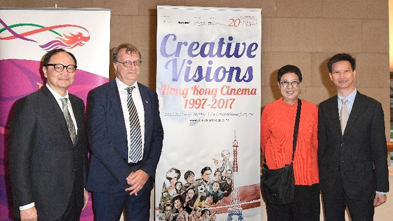 香港國際電影節協會總監高思雅(左一)、Cinémathèque Française節目總監Jean-François Rauger(左二)、特別嘉賓導演許鞍華(右二)、香港駐布魯塞爾經濟貿易辦事處副代表許澤森(右一)昨日(巴黎時間九月二十日)出席「創意無窮:香港電影1997-2017」開幕禮。