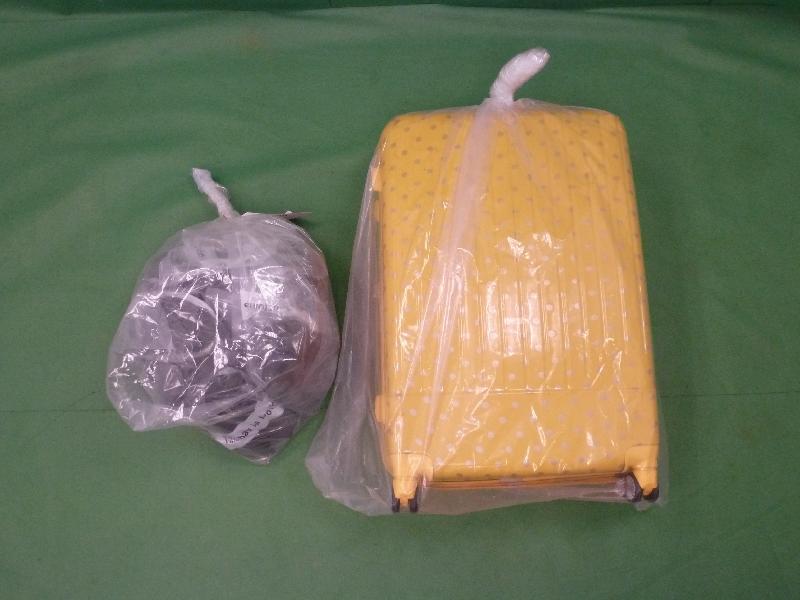 香港海關昨日(九月二十日)在香港國際機場共檢獲約十四點五公斤懷疑大麻精,估計巿值約一百三十萬元。