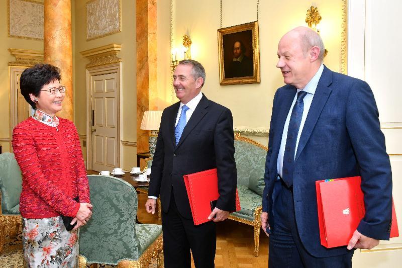 行政長官林鄭月娥(左一)今日(倫敦時間九月二十一日)在英國倫敦與英國首席大臣兼內閣辦公室部長祈達文(右一)及英國國際貿易大臣霍理林(中)會面。
