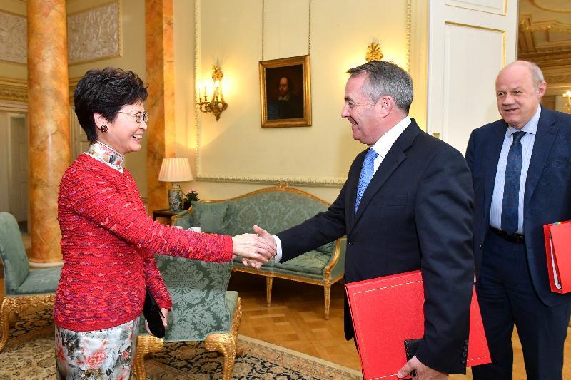 行政長官林鄭月娥今日(倫敦時間九月二十一日)在英國倫敦與英國首席大臣兼內閣辦公室部長祈達文及英國國際貿易大臣霍理林會面。圖示林鄭月娥(左)與霍理林在會面前握手。
