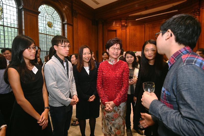行政長官林鄭月娥(右三)今日(倫敦時間九月二十一日)在英國倫敦與香港卓越獎學金計劃得獎者會面。