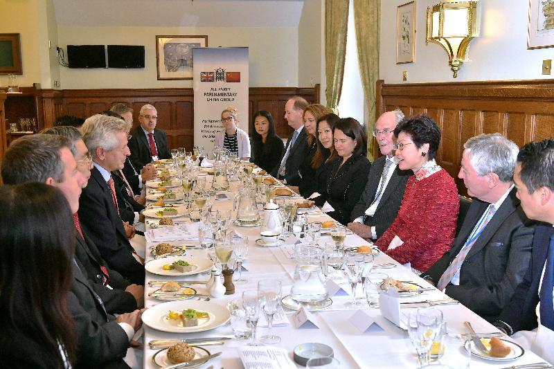 行政長官林鄭月娥(右三)今日(倫敦時間九月二十一日)在英國倫敦與英國國會跨黨派中國事務小組主席格雷厄姆(左四)及其他小組成員會面。