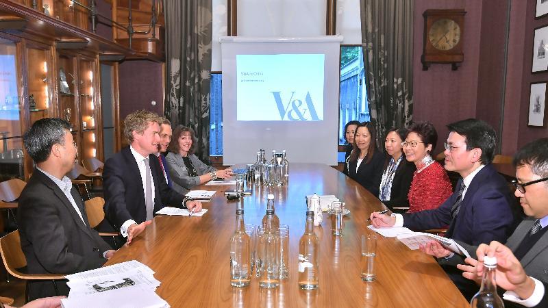 行政長官林鄭月娥今日(倫敦時間九月二十一日)在英國倫敦參觀英國國立維多利亞阿伯特博物院。圖示林鄭月娥(右三)、商務及經濟發展局局長邱騰華(右二)與英國國立維多利亞阿伯特博物院院長Tristram Hunt博士(左二)及英國國立維多利亞阿伯特博物院副院長及營運總監 Tim Reeve(左三)會面。