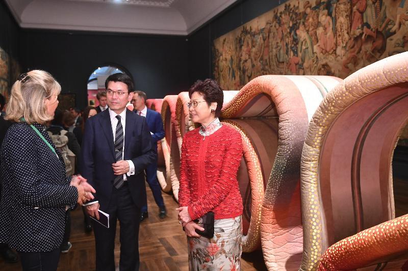 行政長官林鄭月娥今日(倫敦時間九月二十一日)在英國倫敦參觀英國國立維多利亞阿伯特博物院。圖示林鄭月娥(右)與 商務及經濟發展局局長邱騰華(中)參觀倫敦設計節的展覽。