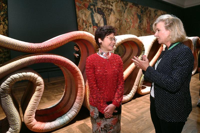 行政長官林鄭月娥今日(倫敦時間九月二十一日)在英國倫敦參觀英國國立維多利亞阿伯特博物院。圖示林鄭月娥(左)參觀倫敦設計節的展覽。