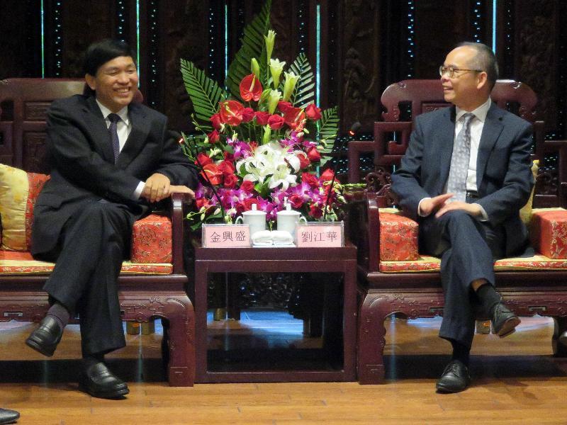 民政事務局局長劉江華(右)昨日(九月二十一日)在杭州與浙江省文化廳廳長金興盛會面交流。