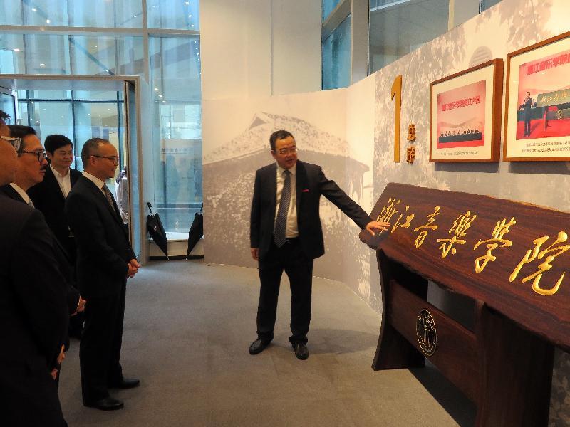 民政事務局局長劉江華(右二)昨日(九月二十一日)在杭州參觀浙江音樂學院,並聆聽學院副院長褚子育(右一)介紹學院的情況。