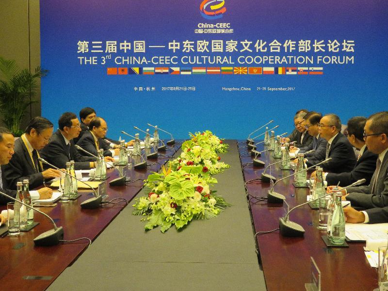 民政事務局局長劉江華(右三)昨日(九月二十一日)與香港文化機構代表於杭州舉辦「第三屆中國—中東歐國家文化合作部長論壇」期間,與國家文化部部長雒樹剛(左三)會面交流,探討深化合作的機會。