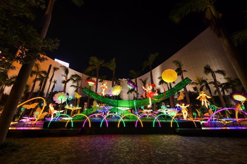 康樂及文化事務署於十月四日在維多利亞公園、十月五日在沙田公園,以及十月六日在青衣公園舉行中秋綵燈會。此外,專題綵燈展「花隨月影舞霓裳」今日(九月二十二日)至十月十五日在香港文化中心露天廣場舉行,以中秋明月和花海為主題,展現百花仙子於圓月下翩翩起舞,泛起漫天花瓣的景象。