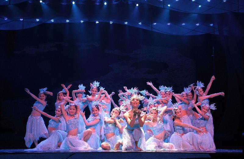康樂及文化事務署於十月四日在維多利亞公園、十月五日在沙田公園,以及十月六日在青衣公園舉行中秋綵燈會。江蘇省藝術團將在三個綵燈會中表演大型民族歌舞及雜技,展現獨特的民族風情。