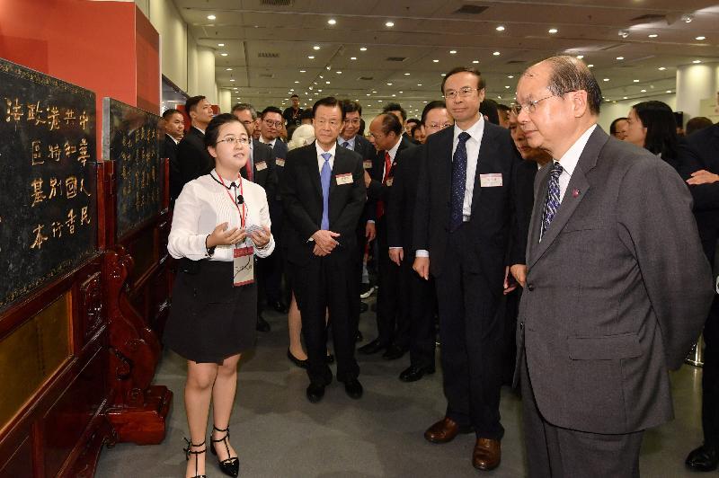 署理行政長官張建宗今日(九月二十二日)上午出席在香港中央圖書館舉行的紀念香港回歸 20 周年香港《基本法》墨寶玉石碑刻展覽開幕典禮。圖示張建宗(右一)參觀展覽。