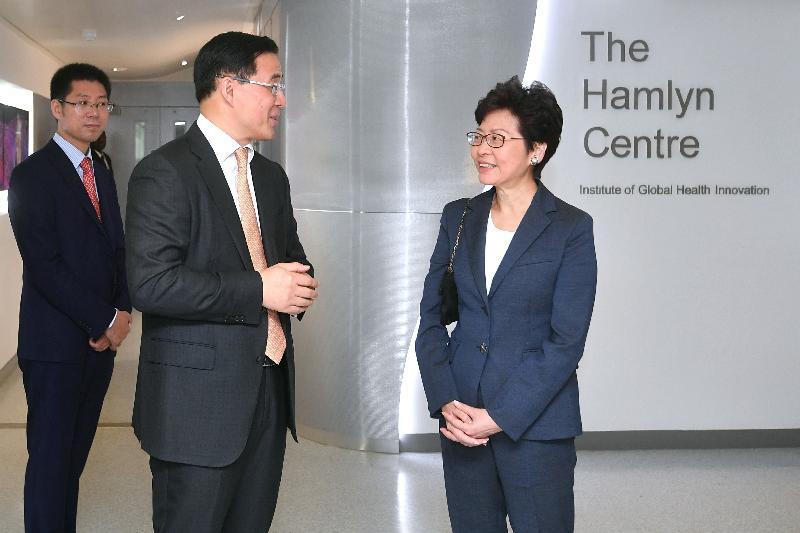 行政長官林鄭月娥(右一)今日(倫敦時間九月二十二日)在英國倫敦參觀倫敦帝國學院Hamlyn Centre。