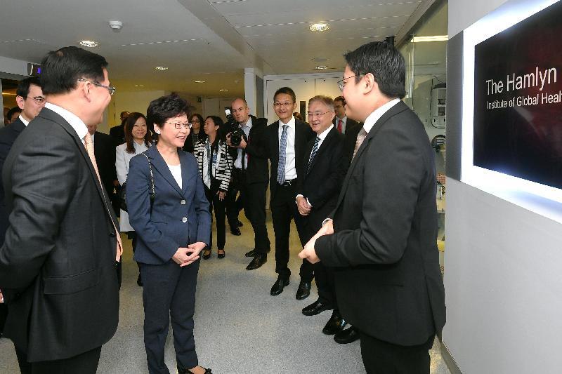 行政長官林鄭月娥(左二)今日(倫敦時間九月二十二日)在英國倫敦參觀倫敦帝國學院Hamlyn Centre。