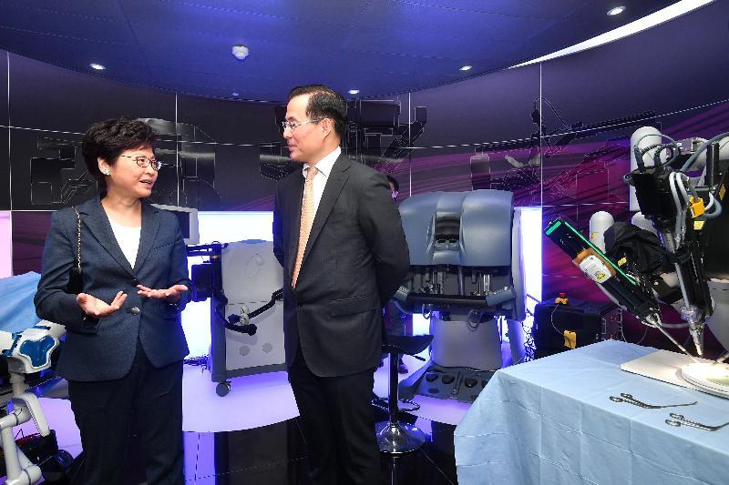 行政長官林鄭月娥(左)今日(倫敦時間九月二十二日)在英國倫敦參觀倫敦帝國學院Hamlyn Centre。