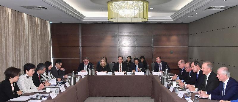 行政長官林鄭月娥(左二)今日(倫敦時間九月二十二日)在英國倫敦出席有關「一帶一路」建設資產管理的座談會。財經事務及庫務局局長劉怡翔(左三)及金融發展局主席史美倫(左一)亦有出席會議。