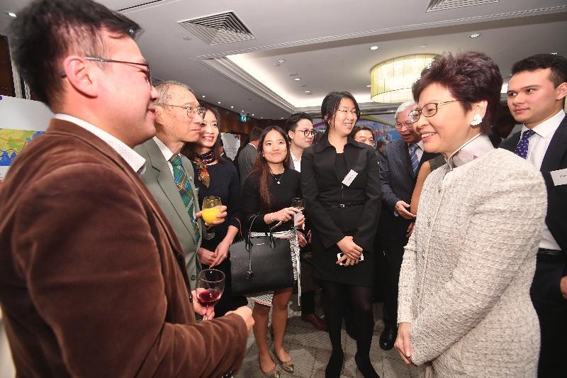 行政長官林鄭月娥(右二)今日(倫敦時間九月二十二日)在英國倫敦與當地香港人會面。