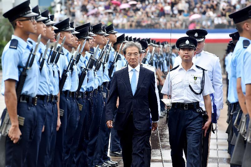 香港機場管理局主席蘇澤光檢閱三十名見習督察及二百三十八名學警。