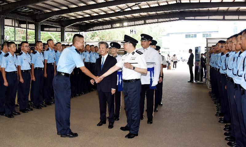 結業會操後,香港機場管理局主席蘇澤光在警務處處長盧偉聰陪同下,與結業學員會面。