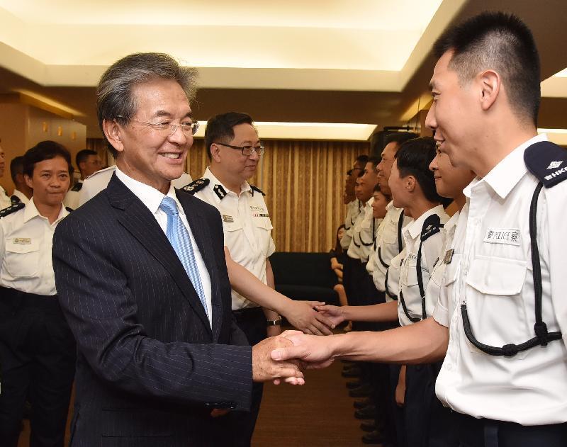 香港機場管理局主席蘇澤光與警務處處長盧偉聰恭賀結業學員。