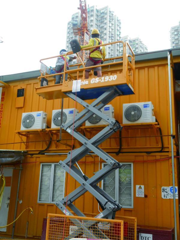 香港房屋委員會在建築工程中廣泛應用機械化施工,大為降低工人從事高空工作的風險。圖為動力操作升降工作平台,工作平台四邊裝設護欄,避免工人發生意外。