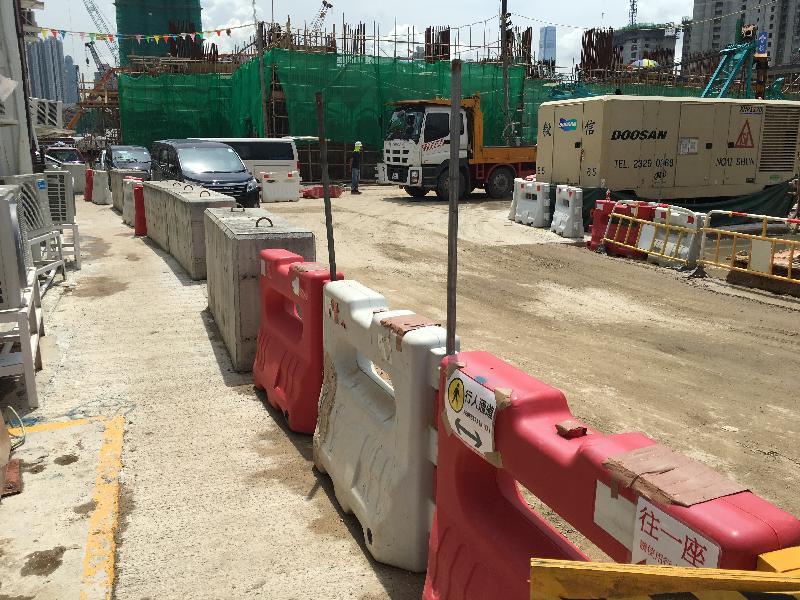香港房屋委員會的工地採用硬地施工,以改善出入通道、減少地面破壞及污染,並為車輛提供一個較安全的行車道和在工地實施人車分隔以策安全。