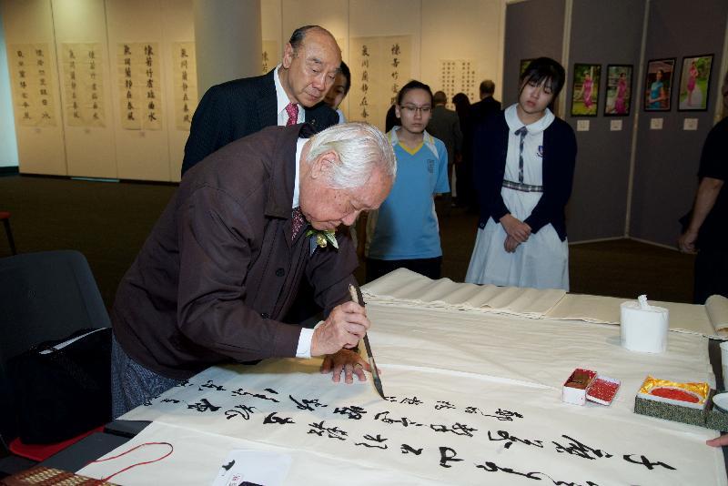 「第四十二屆全港青年學藝比賽優勝作品展覽會」九月二十六至二十八日(星期二至四)於尖沙咀香港文化中心舉行。圖示去年展覽會中書法家余寄撫的示範。