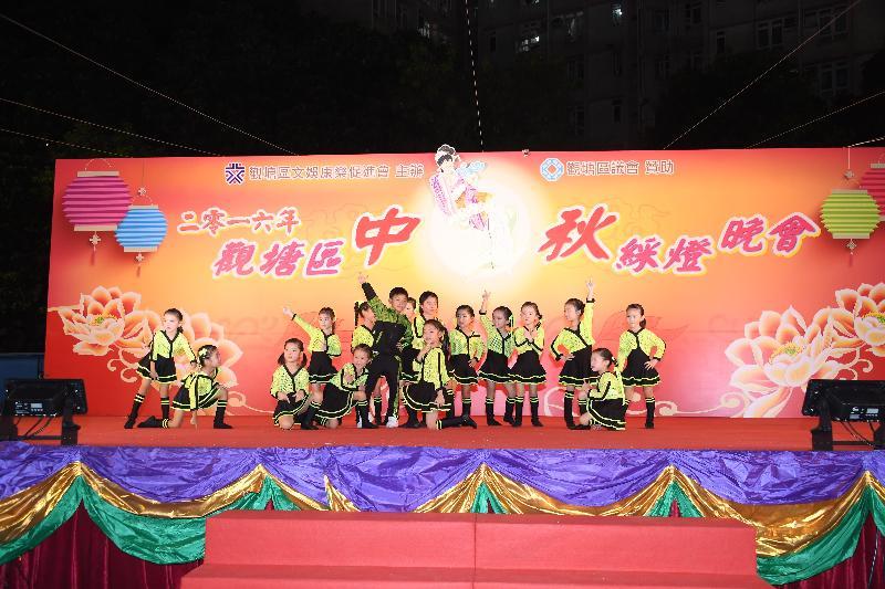 「慶祝香港回歸祖國20週年2017年觀塘區中秋綵燈晚會」九月三十日(星期六)在康寧道遊樂場舉行。圖示去年晚會的舞蹈表演。
