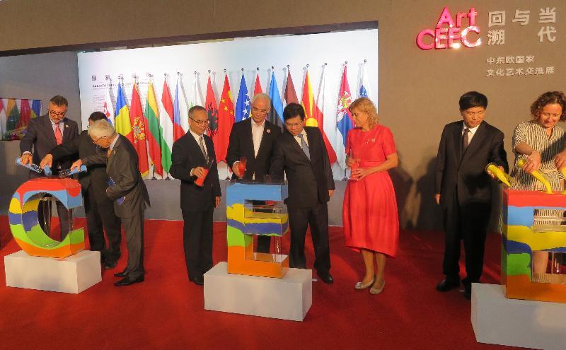 民政事務局局長劉江華(左四)昨日(九月二十三日)與其他嘉賓主持第十一屆杭州文化創意產業博覽會開幕儀式。