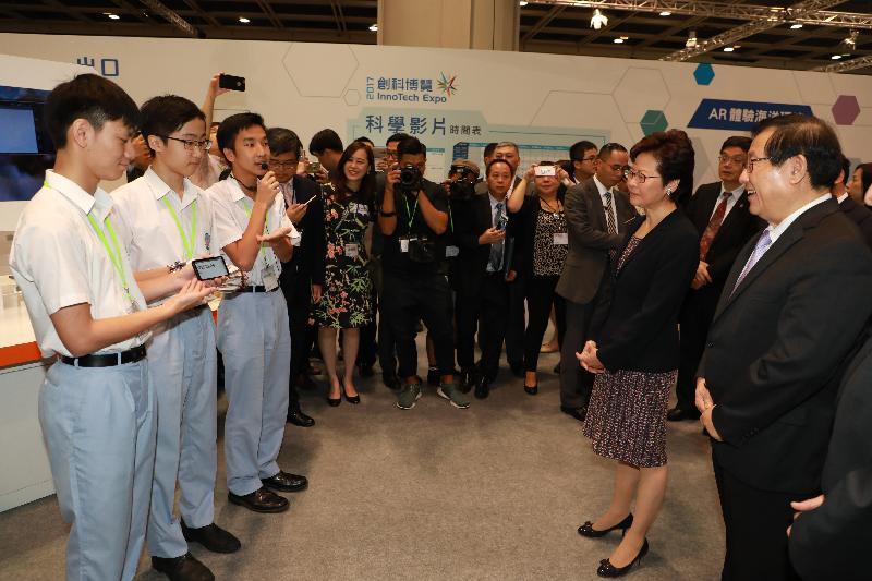 行政長官林鄭月娥今日(九月二十四日)出席在香港會議展覽中心舉行的「創科博覽2017」開幕典禮。圖示林鄭月娥(右二)及全國政協副主席、國家科學技術部部長萬鋼教授(右一)參觀博覽會。
