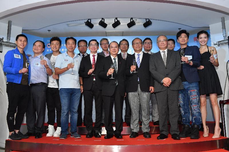 政務司司長張建宗(前排中)今晚(九月二十五日)出席香港中華廠商聯合會舉辦的《我們的6E班》特別場,並與該會會長李秀恒博士(前排左四)、中央人民政府駐香港特別行政區聯絡辦公室經濟部副部長兼貿易處負責人劉亞軍(前排右四)和其他嘉賓主持祝酒儀式。