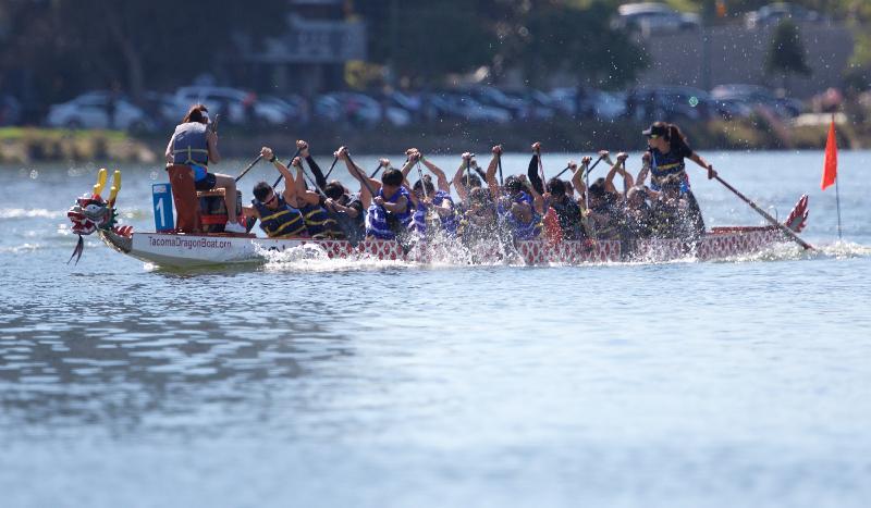 香港驻三藩市经济贸易办事处冠名赞助在九月二十三和二十四日(三藩市时间)于美国加州屋仑Lake Merritt举行的「香港——北加州国际龙舟节」,庆祝香港特别行政区成立二十周年。图示香港队参加比赛。