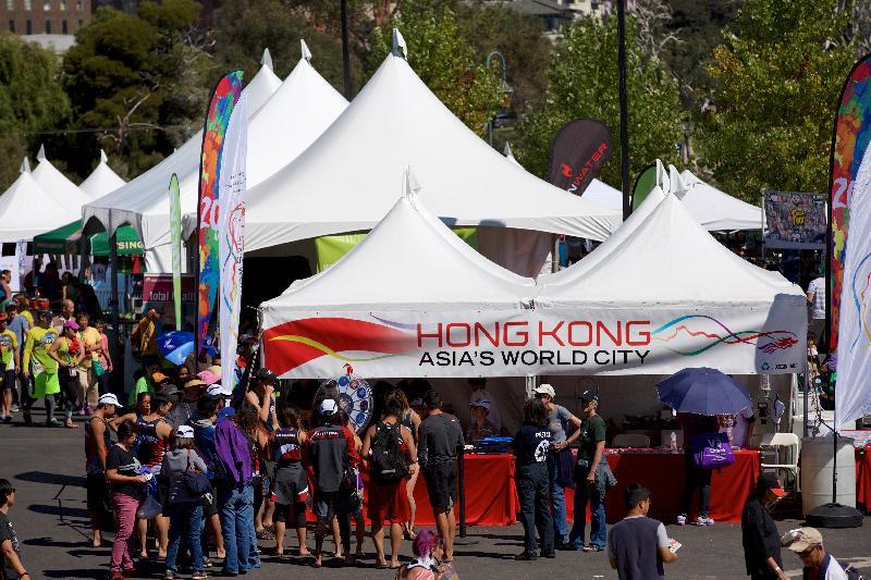 香港駐三藩市經濟貿易辦事處(經貿處)冠名贊助在九月二十三和二十四日(三藩市時間)於美國加州屋崙Lake Merritt舉行的「香港——北加州國際龍舟節」,慶祝香港特別行政區成立二十周年。圖示經貿處設置的「香港攤位」,是龍舟節的重要焦點。