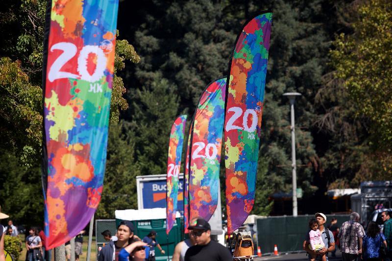 香港驻三藩市经济贸易办事处冠名赞助在九月二十三和二十四日(三藩市时间)于美国加州屋仑Lake Merritt举行的「香港——北加州国际龙舟节」,庆祝香港特别行政区成立二十周年。图示庆祝香港特别行政区成立二十周年的旗帜在Lake Merritt随风飘扬。