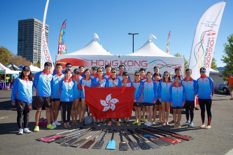 香港駐三藩市經濟貿易辦事處(經貿處)冠名贊助在九月二十三和二十四日(三藩市時間)於美國加州屋崙Lake Merritt舉行的「香港——北加州國際龍舟節」,慶祝香港特別行政區成立二十周年。圖示香港隊於經貿處設置的「香港攤位」前合照。