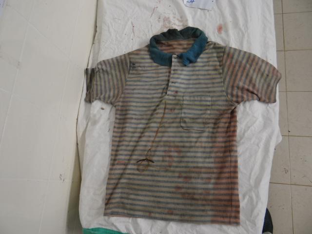 死者被發現時身穿間條上衣、灰色內褲、白色襪,手戴黑色塑膠錶,右腳穿上黑色運動鞋。