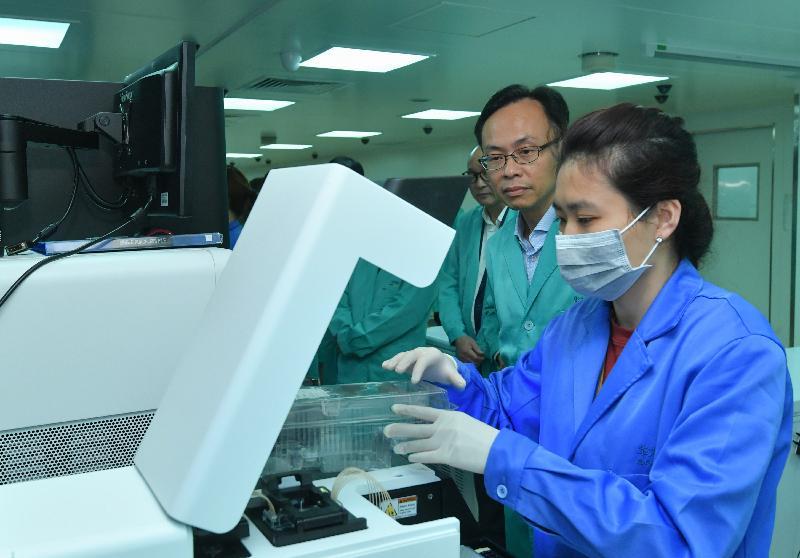政制及內地事務局局長聶德權(右二)今日(九月二十七日)參觀香港華大基因科技服務有限公司,了解公司的運作。