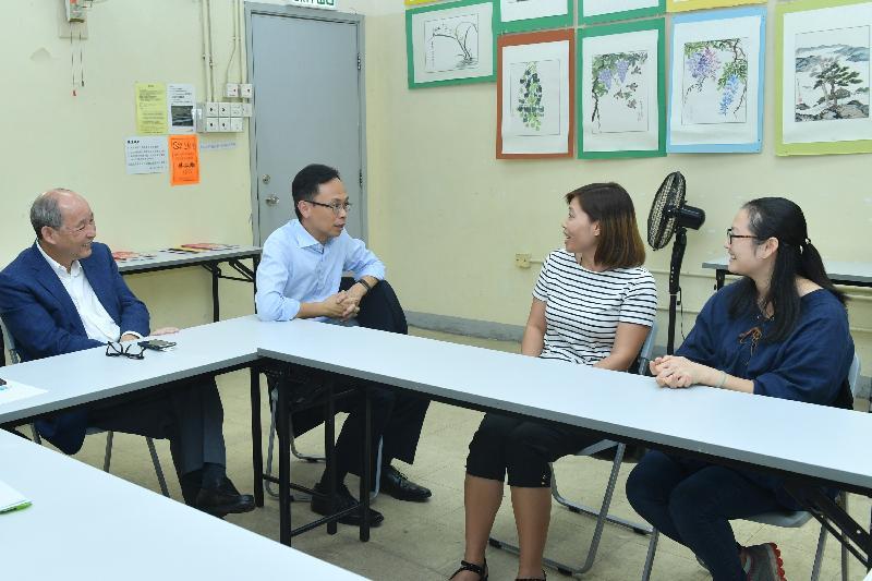 政制及內地事務局局長聶德權(左二)今日(九月二十七日)參觀大埔泮涌社區教育中心,並與新來港婦女傾談,了解她們在香港的生活。左一為大埔區議會主席張學明。