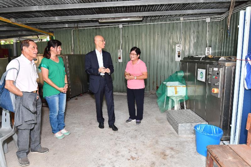 環境局局長黃錦星(右二)今日(九月二十七日)到訪長洲,參觀由長洲婦女會營運的「食‧環園」環保教育中心,了解該中心的廚餘回收工作。