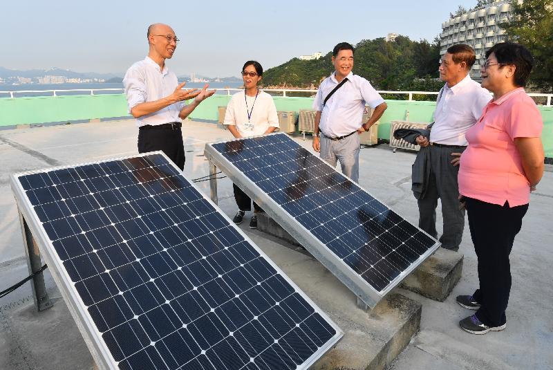 環境局局長黃錦星(左一)今日(九月二十七日)到訪長洲鄉事委員會青年綜合服務中心,參觀中心的太陽能光伏系統。