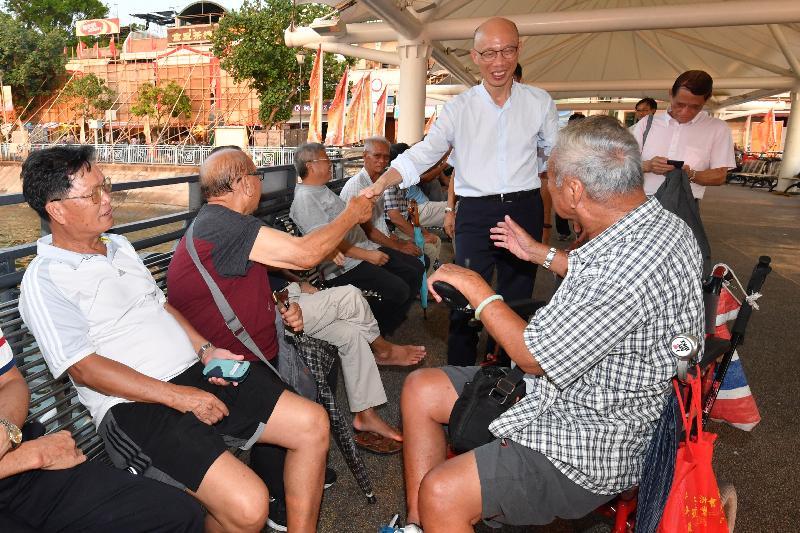 環境局局長黃錦星(右三)今日(九月二十七日)到訪長洲,並在長洲碼頭與居民交談。