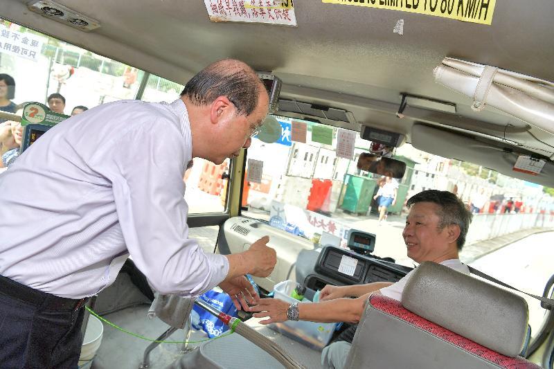 政務司司長張建宗(左)今日(九月二十七日)下午到訪沙田㘭道小巴站,與小巴司機交談。