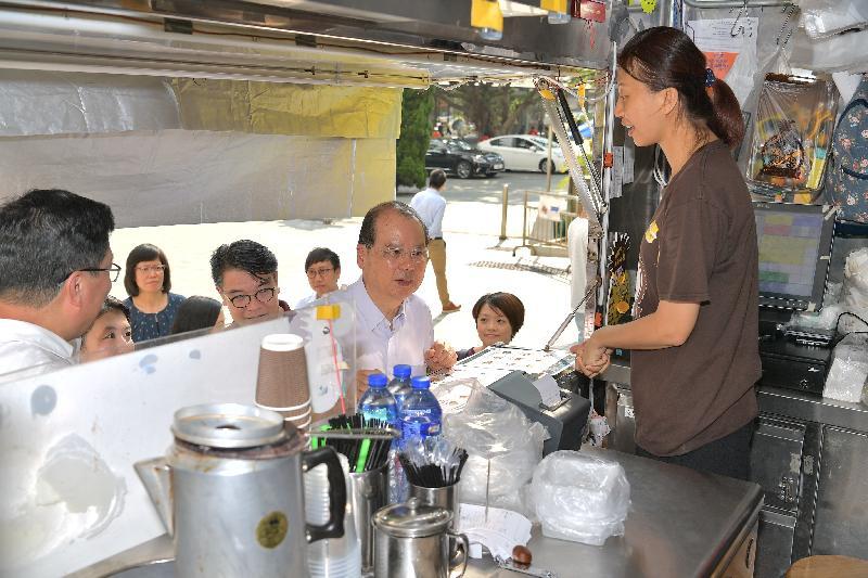 政務司司長張建宗(右三)今日(九月二十七日)下午到訪黃大仙區時,與美食車職員交談。