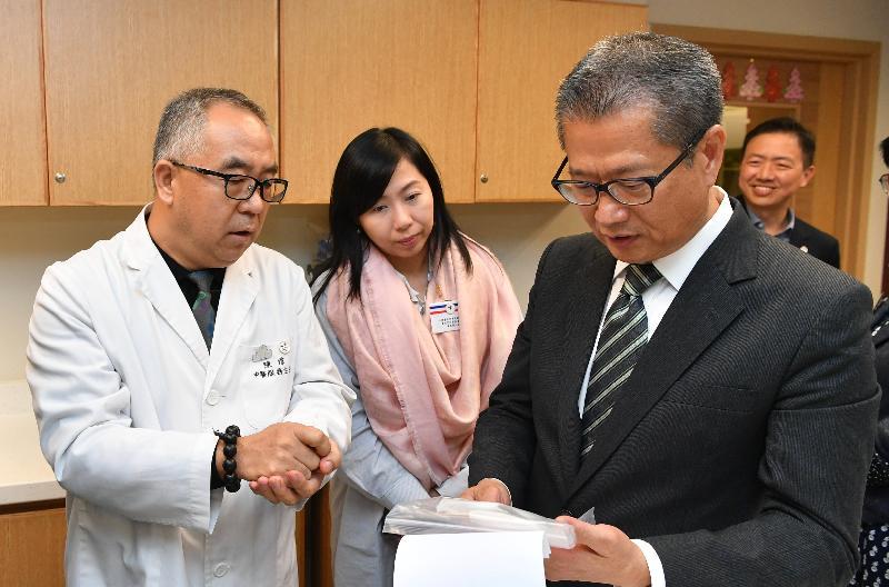 財政司司長陳茂波(右)今日(九月二十七日)下午參觀「仁濟醫院-香港浸會大學中醫教研中心(仁濟)」,了解該中心所提供的中醫服務。
