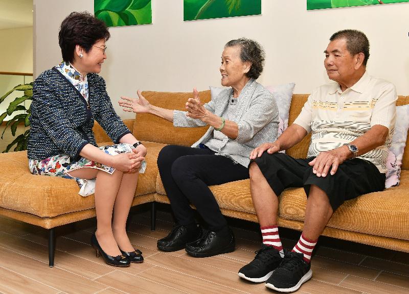 行政長官林鄭月娥(左)今日(九月二十八日)在沙田參觀賽馬會善寧之家,並與一名病人及她的照顧者傾談。