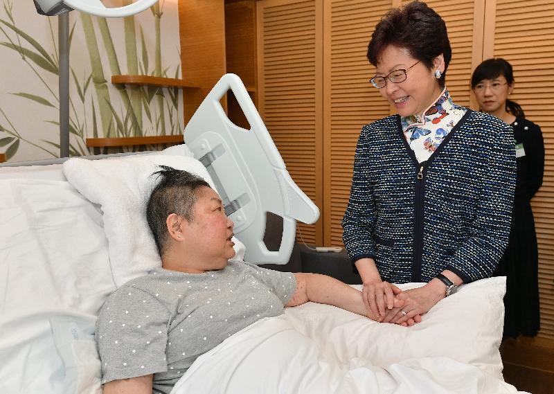 行政長官林鄭月娥(右)今日(九月二十八日)在沙田參觀賽馬會善寧之家,並與病人傾談。