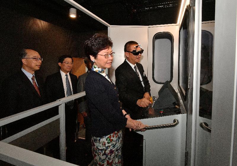 行政長官林鄭月娥今日(九月二十八日)出席香港國際航空學院畢業典禮。圖示林鄭月娥(前排左)和運輸及房屋局局長陳帆(後排左一)參觀香港國際航空學院的虛擬實境培訓中心。