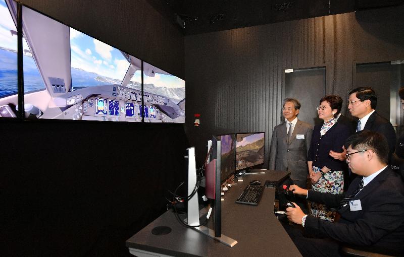 行政長官林鄭月娥今日(九月二十八日)出席香港國際航空學院畢業典禮。圖示林鄭月娥(左二)在香港機場管理局主席蘇澤光(左一)陪同下參觀香港國際航空學院的虛擬實境培訓中心。